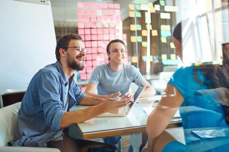 rozmawiające trzy osoby przy stole